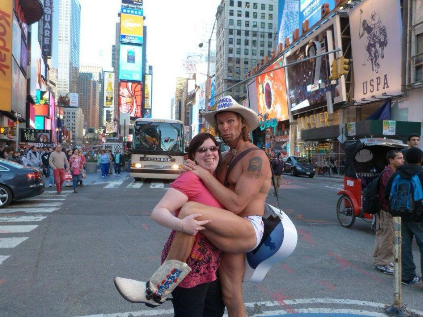 970275_10151759320666291_1746467535_n-860x645 Naked Cow-boy, l'attraction touristique locale à New York